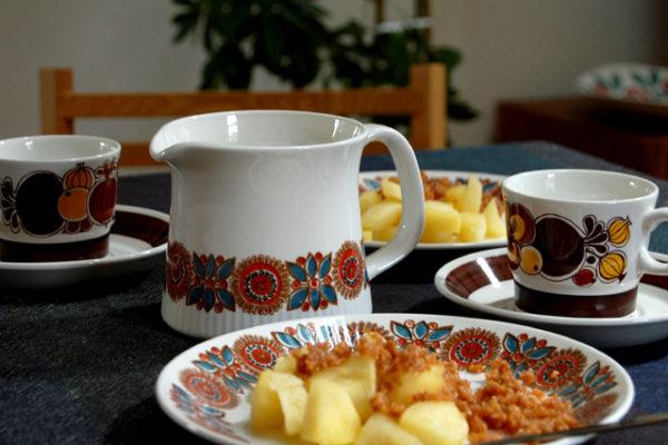 秋色のノルウェーの食器とデンマークのリンゴのお菓子