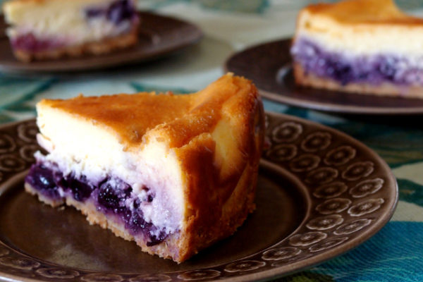 デンマークBrun Azurのお皿でベリーのチーズケーキ