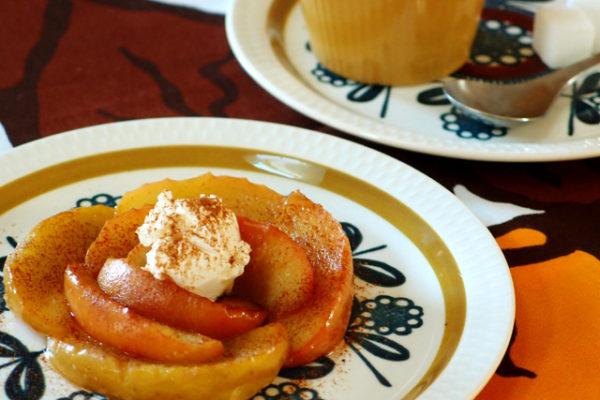 「コン・ティキ」のプレートで焼きリンゴ