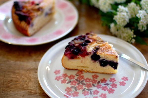 ピンクのケーキプレートで春のイメージ