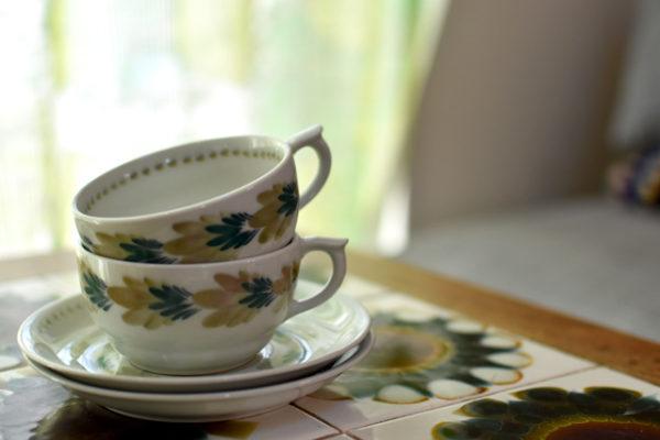 優しい草色のティーカップ