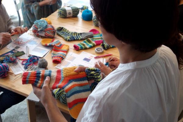 ワークショップ、フィンランドの糸で編むマルチカラーソックス