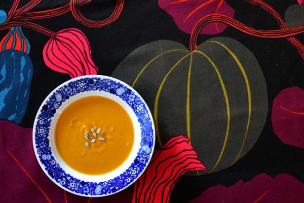 カボチャのスープをカボチャの器でカボチャのクロスと